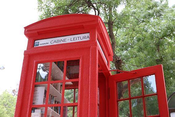Cabine de Leitura:  a telephone booth turned into a library